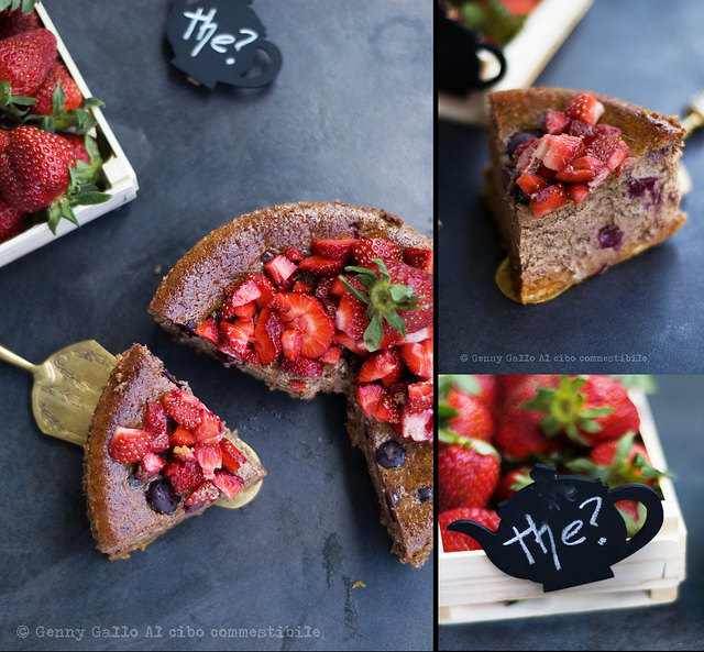 Cheesecake al cioccolato e mirtilli con fragole